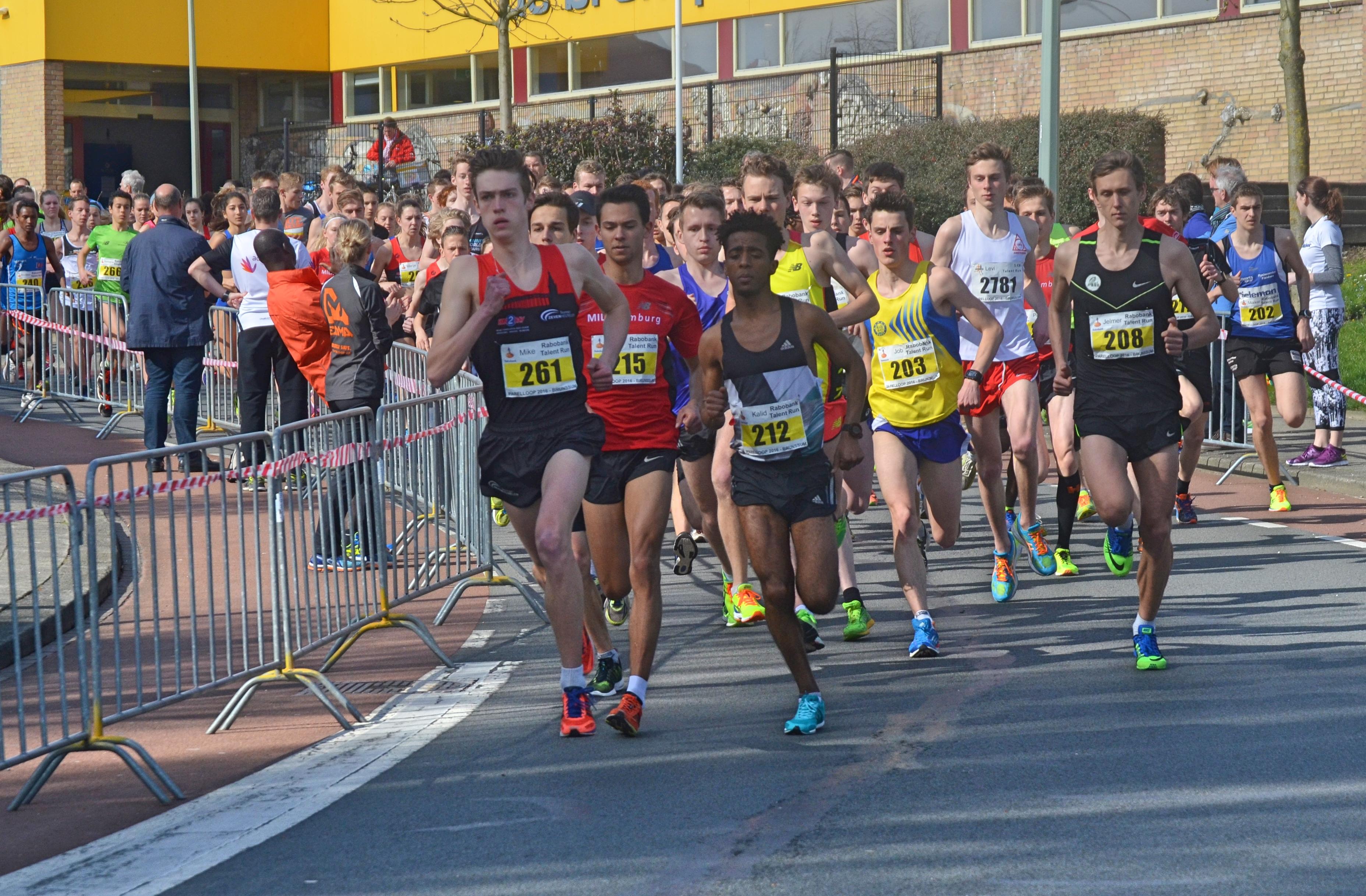 Honderd meter na de start is Ralph, paars shirt – gele schoenen, al vooraan in het veld te vinden.