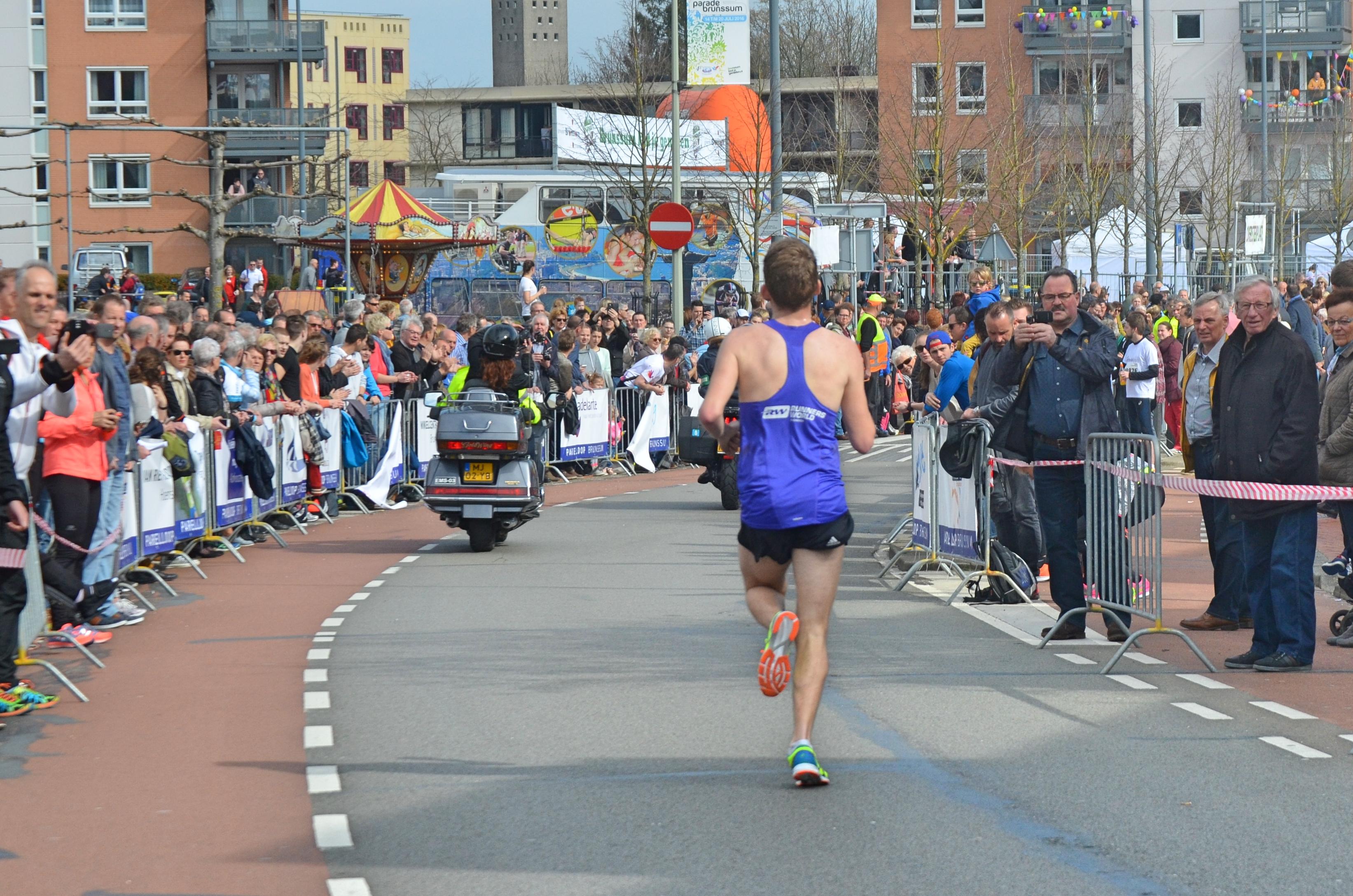 Ralph achter de motoren op weg naar de finish.